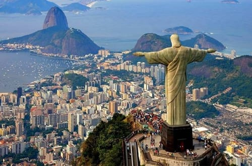 Vista aérea do Rio de Janeiro, destacando o Cristo Redentor.