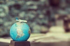 mini globo com um avião em cima simbolizando comprar e vender milhas