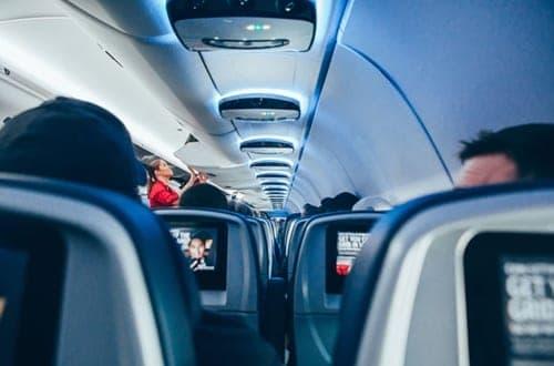 pessoas dentro de um avião