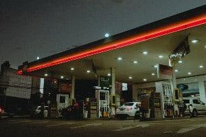 imagem de um posto de gasolina simbolizando o contéudo sobre gasolina ou álcool