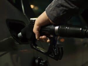 Imagem de um frentista abastecendo um carro, a imagem ilustra nosso conteúdo sobre gasolina e álcool e sua análise