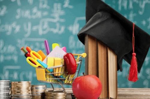 Pilhas de moedas e outros objetos simbolizando o tema Educação Financeira