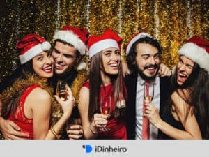 amigos comemorando festas de fim de ano