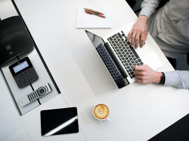 tecnologias representando gestão financeira pessoal