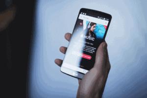 Pessoa estudando no smartphone por um aplicativo para aprender inglês