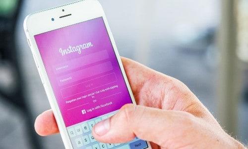 Imagem de uma pessoa usando o Instagram para entender como trabalhar pela internet