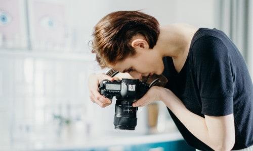Imagem de uma mulher aprendendo como trabalhar pela internet tirando fotos
