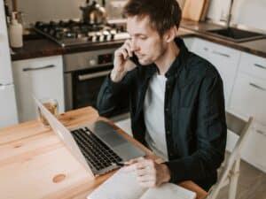 Imagem de um homem usando o computador para entender e verificar sua situação cadastral do CPF