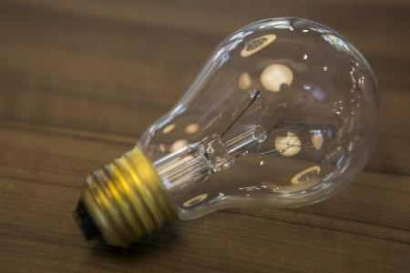 Imagem de uma lâmpada incandescente, que pode ser substituída pela de LED para haver economia de energia