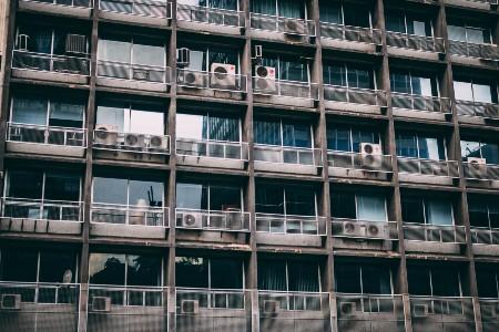 Imagem de prédios com ar condicionados em cada andar