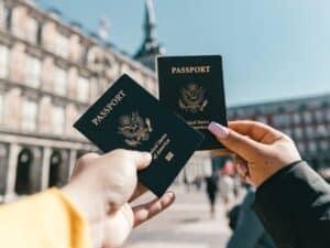 Imagem de dois passaportes com pessoas viajando, para simbolizar o conteúdo sobre como comprar e vender milhas