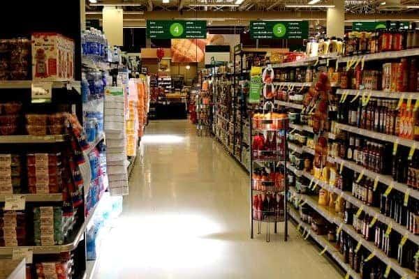 Seção de produtos de um mercantil simbolizando o tema como economizar no supermercado