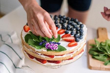 Uma das ideias de negócios deste conteúdo é a decoração de bolos, que podemos ver na imagem