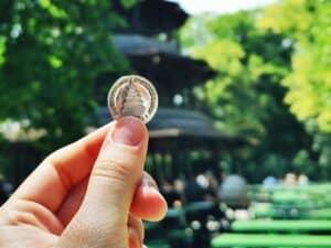 mão segurando moeda representando investimentos para iniciantes