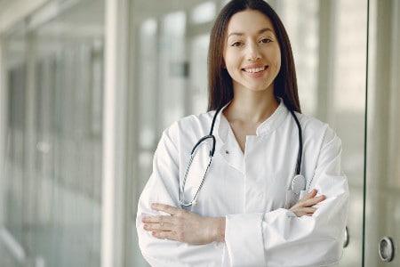 Imagem de uma nutricionista com jaleco branco e um estetoscópio no pescoço