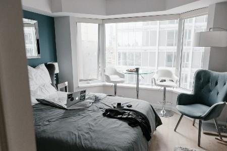 Imagem de um quarto, que pode ser alugado para pessoas em geral