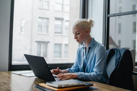 Imagem de uma secretária, que agora pode fazer o seu trabalho de casa