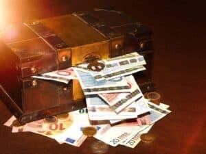 baú de madeira com dinheiro representando como investir no tesouro selic
