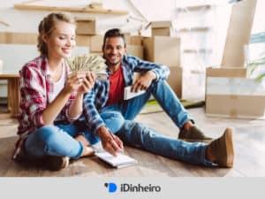 casal com dinheiro representando finanças para casais