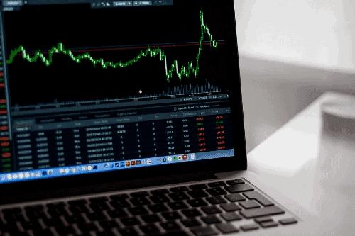 Gráfico de ações na tela de um notebook para simbolizar o tema Swing trade