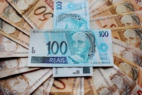 Foto de várias cédulas de 50 e 100 reais simbolizando o tema Auxílio emergencial