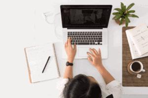 Mulher usando o notebook para aproveitar as iniciativas gratuitas por conta do coronavírus