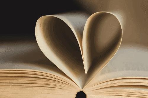 folhas de livro em formato de coração
