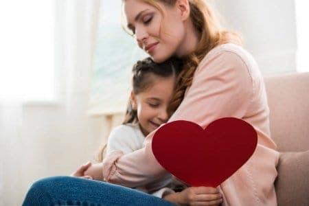 Filha e mãe se abraçando para simbolizar o tema Como fazer um presente para o Dia das Mães