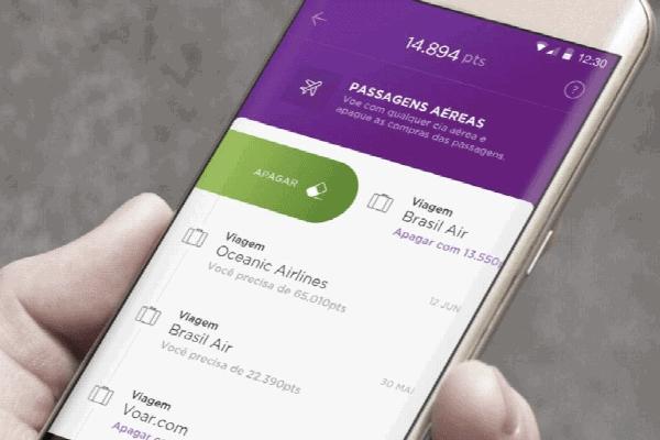 Pessoa vendo o Nubank Rewards no smartphone
