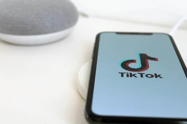 Logo do app TikTok no smartphone simbolizando o tema Como ganhar dinheiro com o TikTok