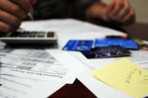 Pessoa calculando o quando poderá pagar na parcela de empréstimo para negativado online