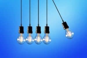 pêndulo de lâmpadas simbolizando o tema Tarifa social de energia elétrica
