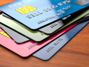 Foto de pilha de cartões simbolizando o tema Melhores cartões de crédito sem anuidade