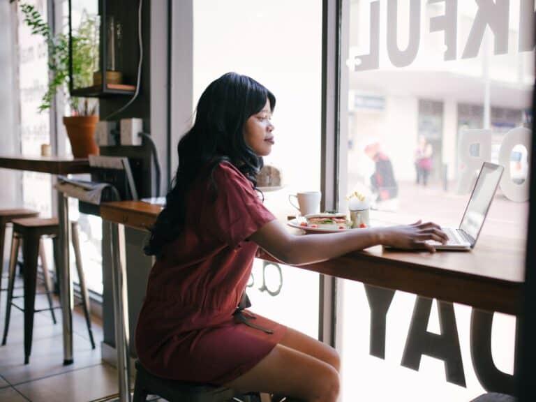 Imagem de uma mulher de negócios usando o computador em um estabelecimento, representando o conteúdo sobre as mulheres mais ricas do Brasil