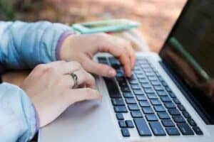 pessoa usando novo site para consultar o auxílio emergencial