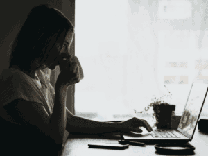 Imagem de uma mulher organizando sua vida financeira