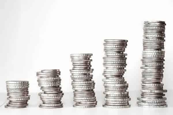 Ilustração de pilhas crescentes de moedas para simbolizar o tema Quanto rende 1 milhão na poupança