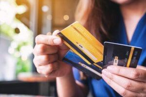 Brasileiro gasta quase 30% da renda com cartão de crédito