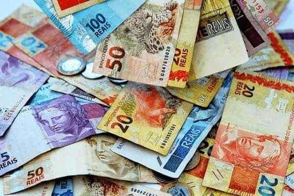 Foto de várias cédulas de reais simbolizando o tema Abono Salarial 2020-2021