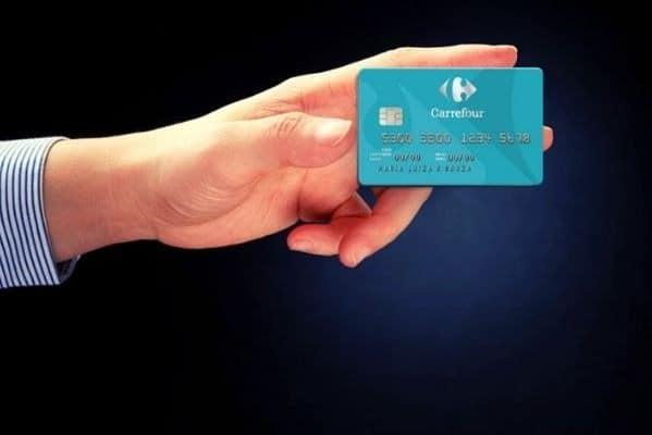 Pessoa segurando o cartão Carrefour
