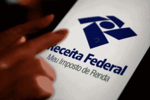 Pessoa usando app da Receita Federal para simbolizar o tema Prazo do IRPF perdido