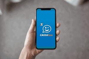 Pessoa abrindo o app Caixa Tem no celular para simbolizar o tema Como utilizar o saldo do FGTS