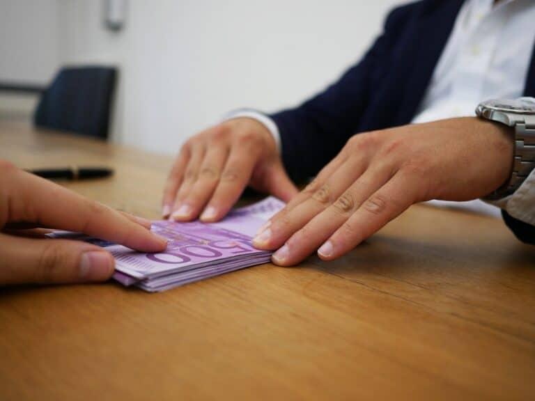 pessoas negociando empréstimo para negativados