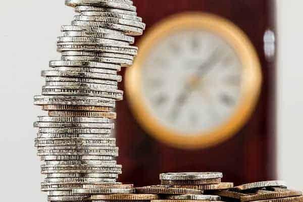 pilha de moedas simbolizando o tema ideias para ganhar dinheiro extra com pouco investimento