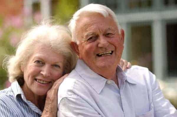 Foto de casal de idosos sorrindo para simbolizar o tema aposentadoria tranquila