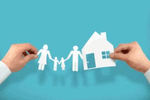 Ilustração de uma família e uma casa, representando o planejamento financeiro familiar