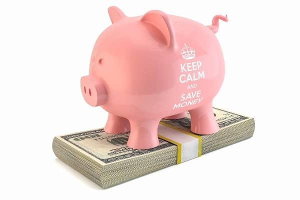 cofrinho e cédulas representando como abrir uma conta poupança no Bradesco