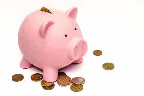 Cofrinho e moedas simbilizando o tema Como abrir uma conta poupança na Caixa