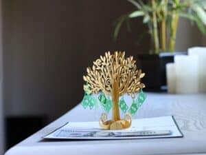 Foto de árvore com folhas de dinheiro simbolizando o tema prosperidade
