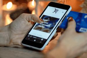 mulher procurando aplicativos de cashback nas lojas de apps